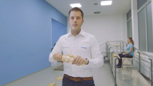Our O&P professional Dries holds an artificial knee joint in his hands